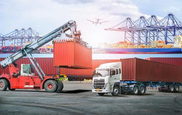 Imagen con contenedores mostrando operaciones de comercio internacional