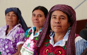 3 mujeres con vestidos tradicionales mexicanos