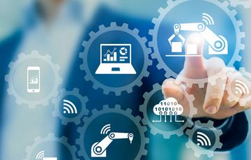Ejecutivo tocando engranes de denotan productividad, tecnología y competitividad