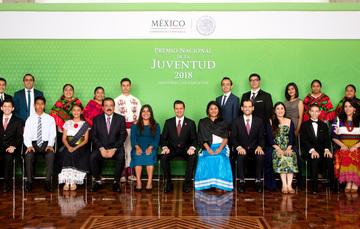 El Presidente de la República, Enrique Peña Nieto, entregó el premio a jóvenes de entre 12 y 29 años que han destacado en distintas asignaturas.