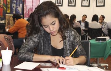 Mujer joven dibujando