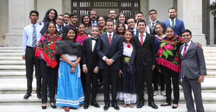 Ganadores del premio acompañados del Presidente Enrique Peña Nieto