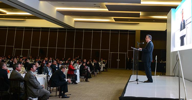 El Secretario de Energía, Licenciado Pedro Joaquín Coldwell, en la comida de clausura del 50 Foro Nacional de la Industria Química.