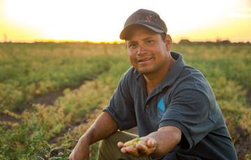Productor mexicano mostrando sus productos en la mano