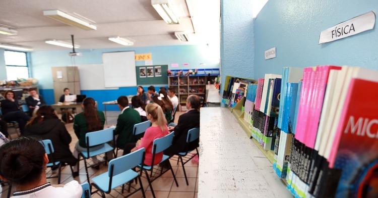 Salón de clases con estudiantes sentados formando un círculo