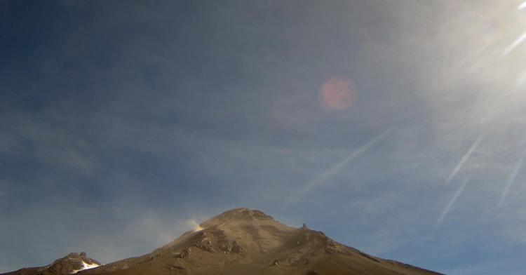 En las últimas 24 horas, por medio de los sistemas de monitoreo del volcán Popocatépetl, se identificaron 89 exhalaciones, acompañadas de vapor de agua y gas. Además, un evento volcanotectónico hoy a las 02:24 h.