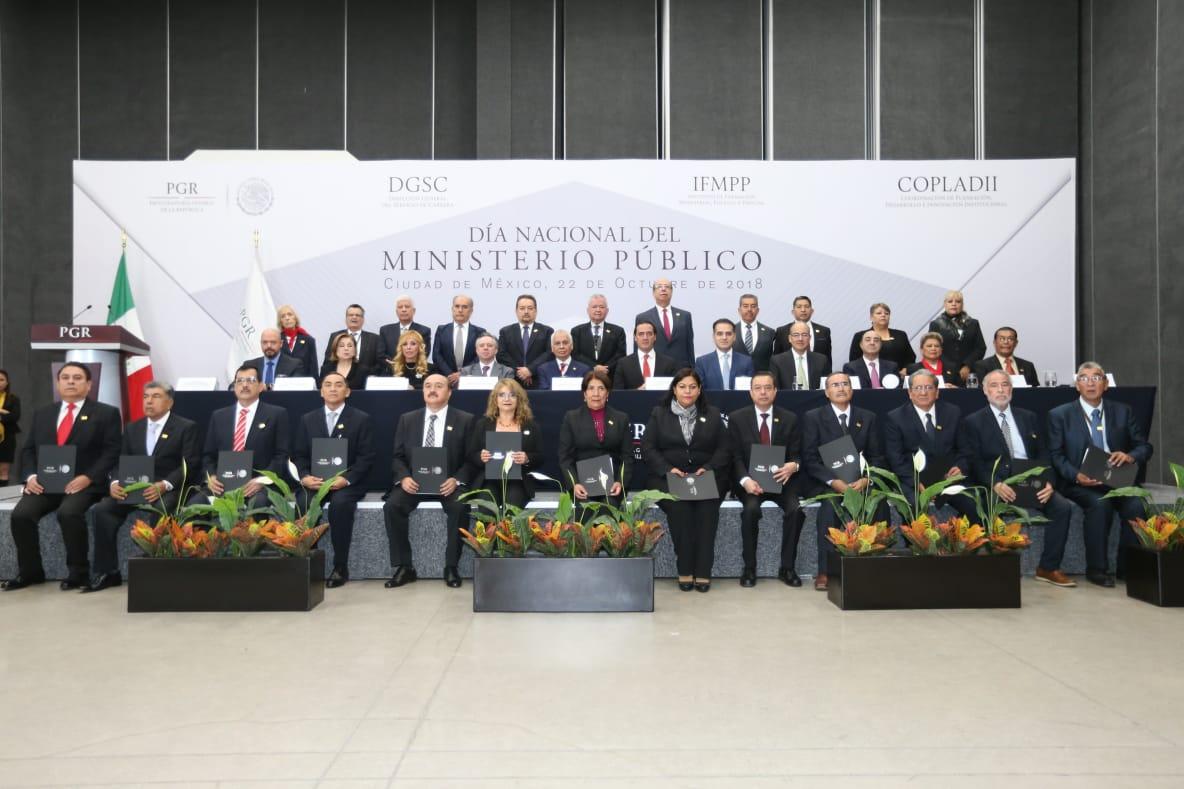 Fotografía de ex procuradores, funcionarios de PGR y agentes del Ministerio Público decanos