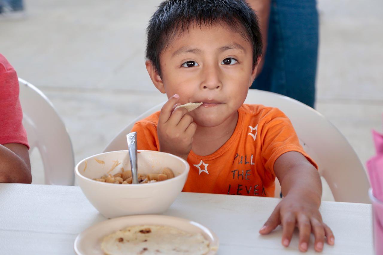 Niño comiendo en un comedor comunitario