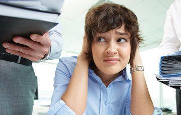 Mujer que refleja en su rostro mucho estrés
