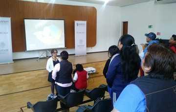 Myriam García, enfermera geriátrica, especialista del Inapam impartiendo el curso de Cuidados Paliativos.