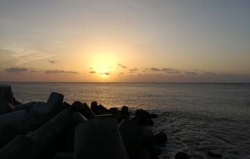 Vista general de atardecer en océano
