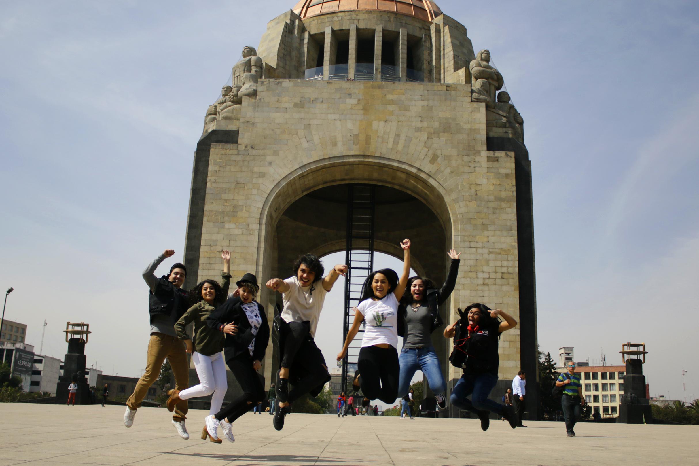 Jóvenes en el Monumento a la Revolución