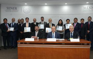 Funcionarios de la Secretaría de Energía, junto con las y los ganadores del Premio Prodetes.