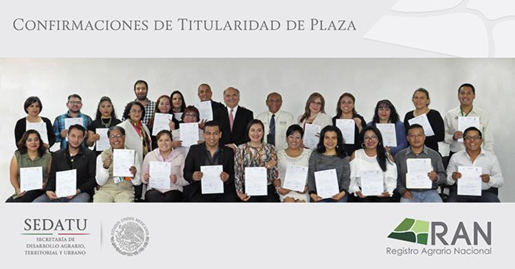 El grupo de trabajadores de base muestran su documentos que avala la titularidad de su plaza.
