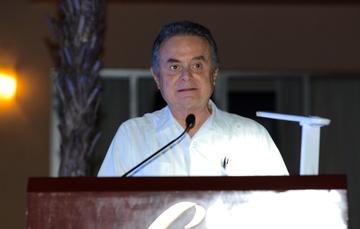 El Secretario de Energía, Licenciado Pedro Joaquín Coldwell, dando su discurso en el evento.