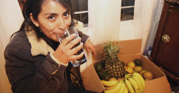 Mujer joven tomando agua