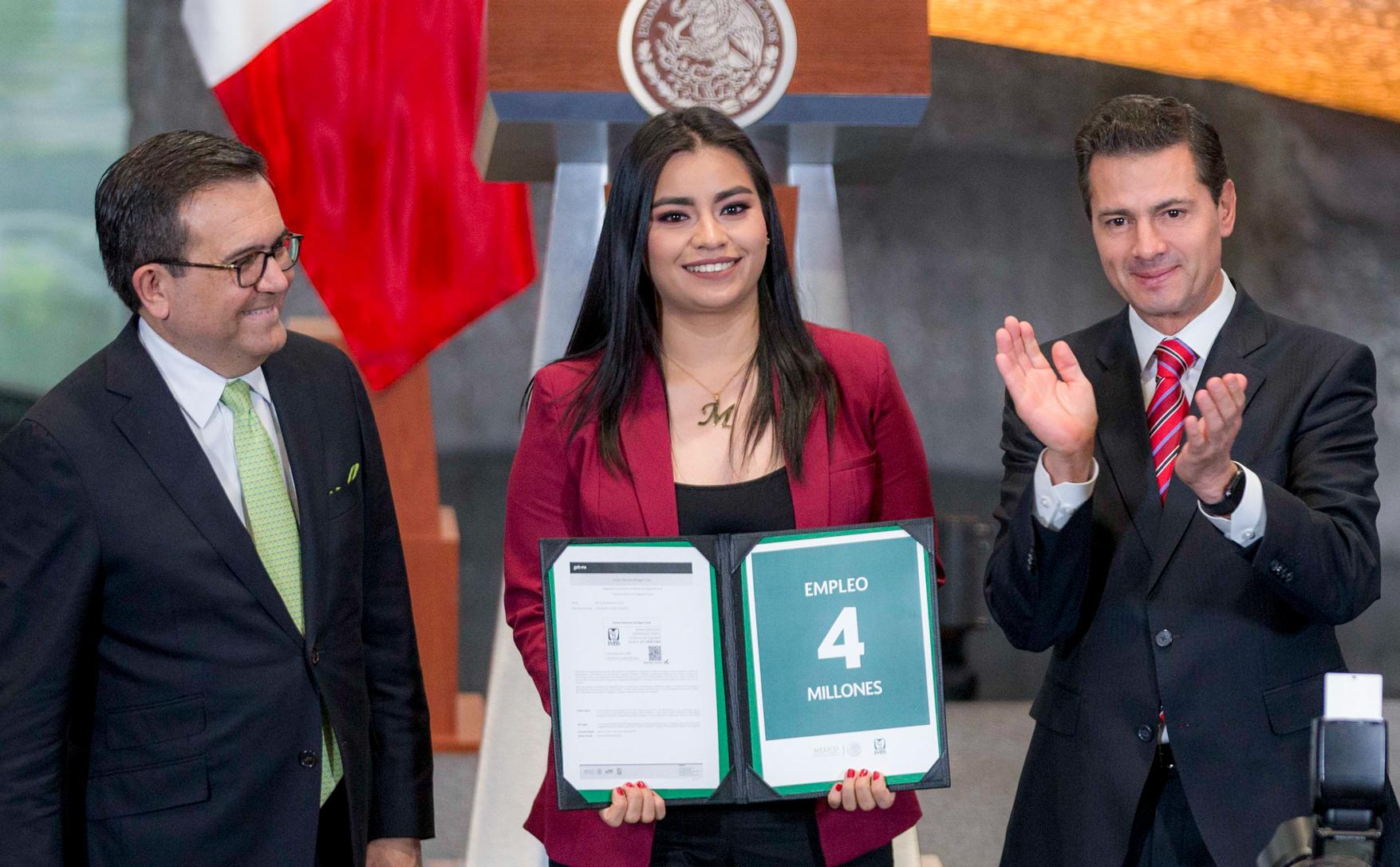 El Presidente Enrique Peña Nieto entregó a María Fernanda Hernández el certificado de empleo 4 millones generado durante la Administración 2012-2018.
