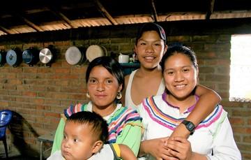 Familia dentro de su casa
