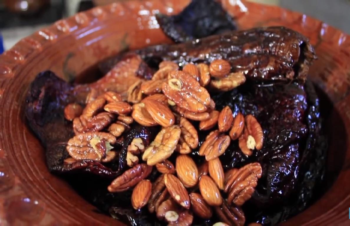 cazuela de barro con nueces, almendra y chiles