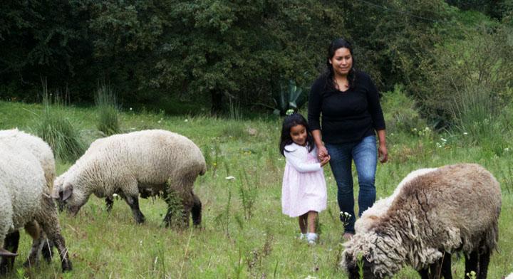 Mujer y su hija en actividades ganaderas