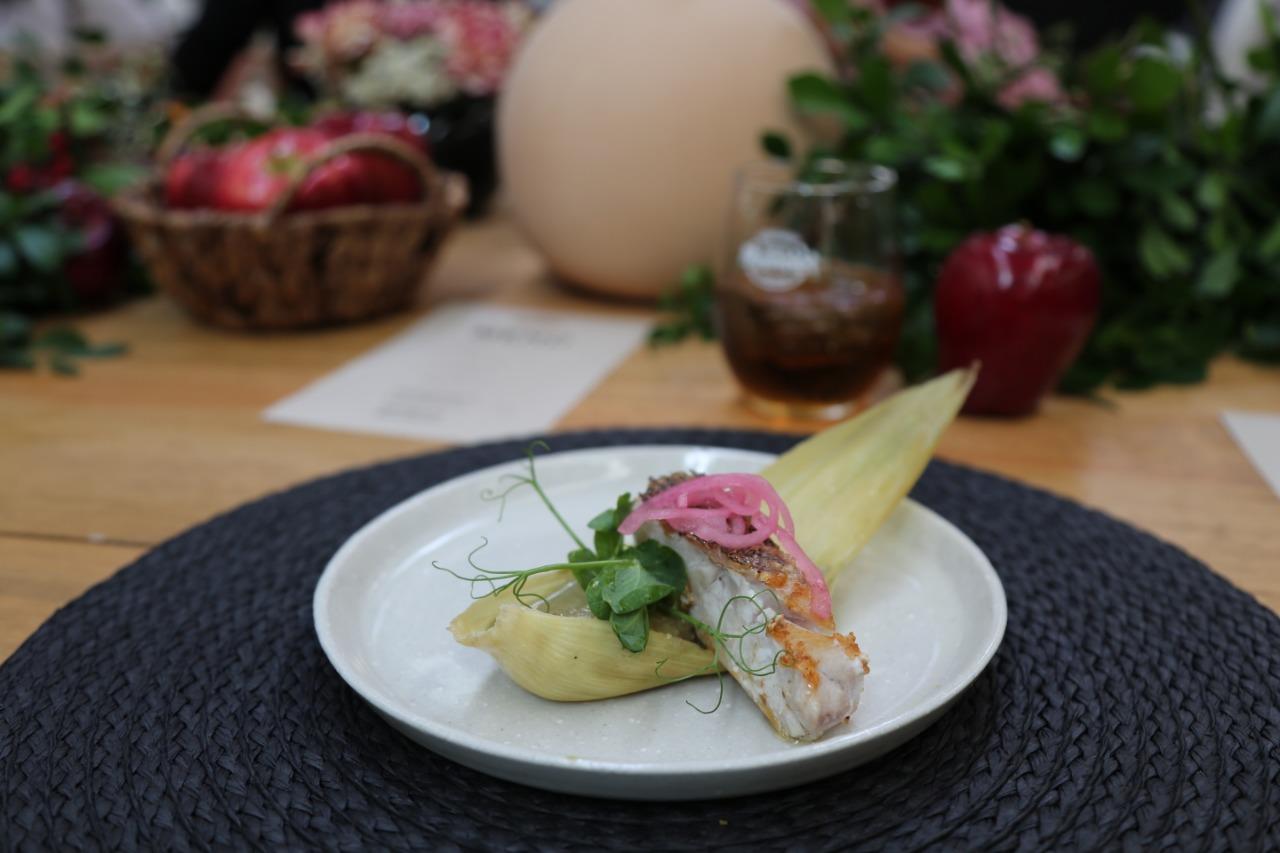 Tamal gourmet en plato blanco