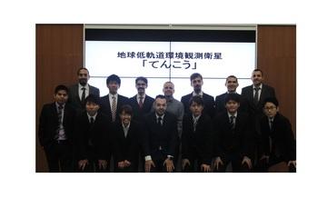 (Primera fila, extrema izquierda) Rigoberto Reyes; (Segunda fila, arriba, extrema izquierda: Isaí Fajardo); acompañados por miembros del equipo de desarrollo del satélite japonés Ten-Koh