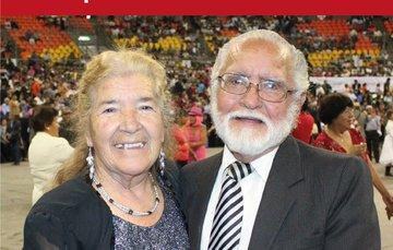 Una pareja de adultos mayores.
