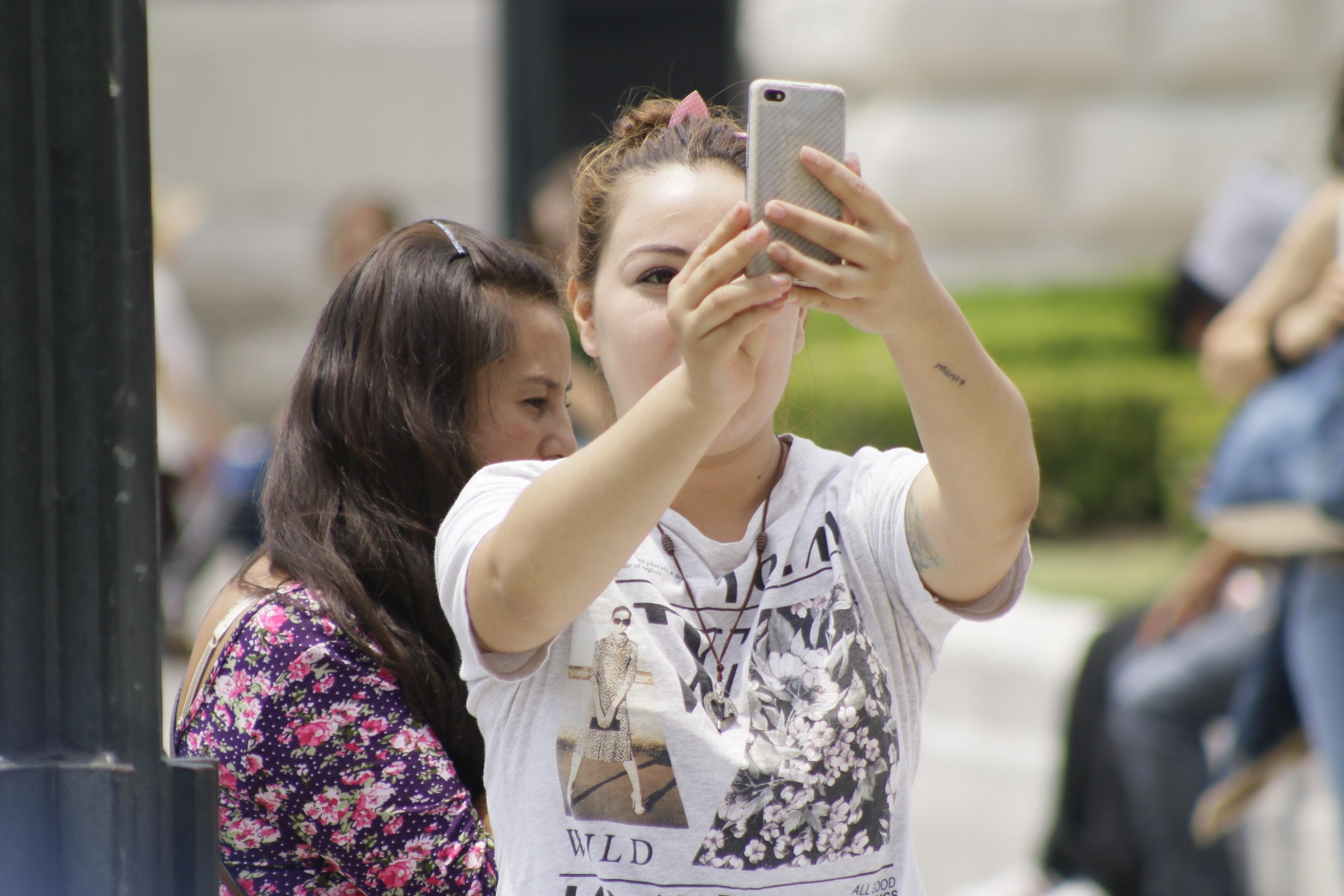 Mujer tomando una fotografía