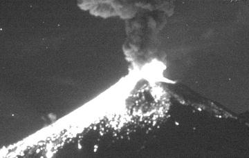 En las últimas 24 horas, por medio de los sistemas de monitoreo del volcán Popocatépetl, se identificaron 124 exhalaciones de baja intensidad, acompañadas de vapor de agua y gas (imagen 1); asimismo se registraron dos explosiones el día de ayer a las 22:4