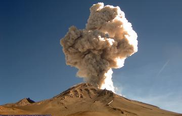 En las últimas 24 horas, por medio de los sistemas de monitoreo del volcán Popocatépetl, se identificaron 55 exhalaciones de baja intensidad, acompañadas de vapor de agua y gas; asimismo se registraron 4 explosiones.