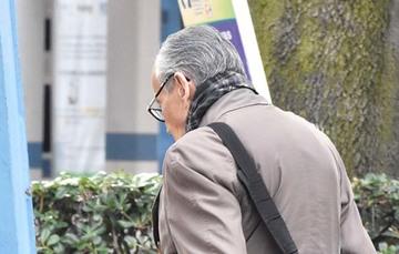 Adulto mayor caminando.