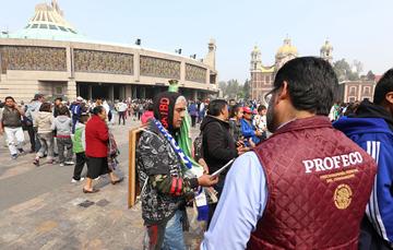En la imagen un verificador de la PROFECO asistiendo a los visitantes en la Basílica