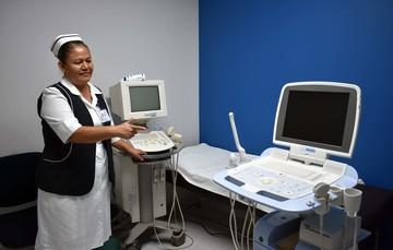 Enfermera y aparato para ultrasonido.
