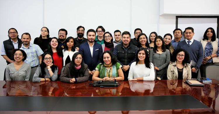 Secretaria María Luisa Albores con personal del Imjuve