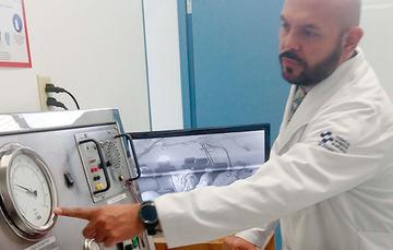Doctor mostrando el uso de la cámara hiperbárica.