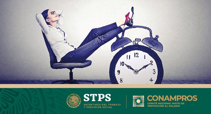 Una mujer sentada en una silla de oficina, con los brazos cruzados en su nuca y los pies colocados arriba de un reloj.