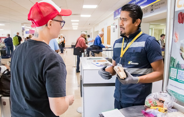 Los viajeros deberán consultar qué productos pueden ingresar a México sin inconveniente, la cantidad permitida, el modo de empaque o, si es necesario, que provengan de establecimientos autorizados.