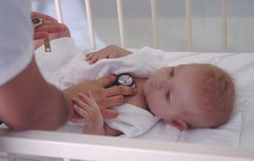 Tomando signos y síntomas al infante.