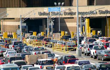 Imagen de vehículos cruzando la frontera norte