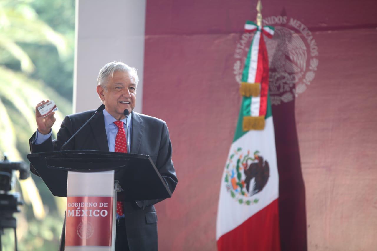 Presidente Andrés Manuel López Obrador entregó las primeras tarjetas del programa Jóvenes Construyendo el Futuro
