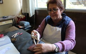Adulta mayor haciendo una pieza de plastilina époxica en el Centro Cultural San Francisco.