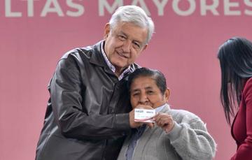 El presidente Andrés Manuel López Obrador, con los adultos mayores