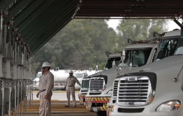Pipa de gasolina y trabajadores