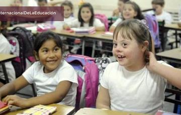 Niña con Síndrome de Down en su salón de clases