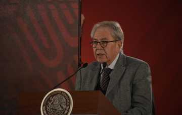 Doctor Jorge Alcocer Varela en conferencia de prensa