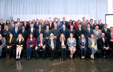 Foto Grupal de los Secretarios de Economía y Desarrollo con la Secretaria Marquez