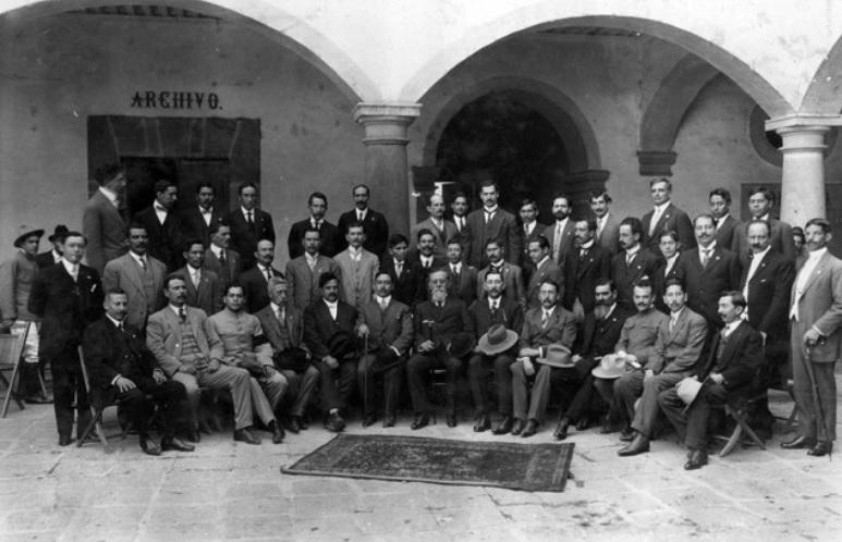 Venustiano Carranza con un grupo de constituyentes en 1917.