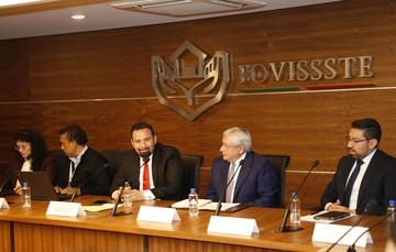 El Vocal ejecutivo del FOVISSSTE, Agustín Gustavo Rodríguez López, acompañado del cuerpo directivo del organismo