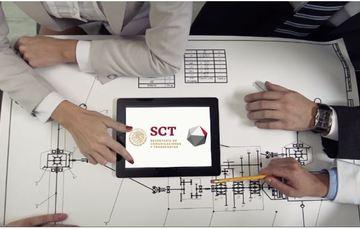 una mesa de trabajo con una tableta electrónica en el centro