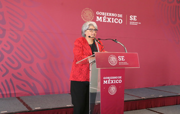 La Secretaria Graciela Marquez dirige palabras al los trabajadores de la Secretaría.